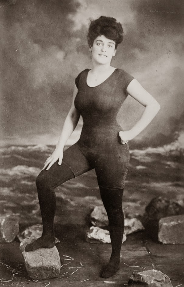 40 Must-See Photos Of The Past - Annette Kellerman promotes women's right to wear a fitted one-piece bathing suit, 1907. She was arrested for indecency