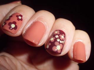 Manicura marrón con flores