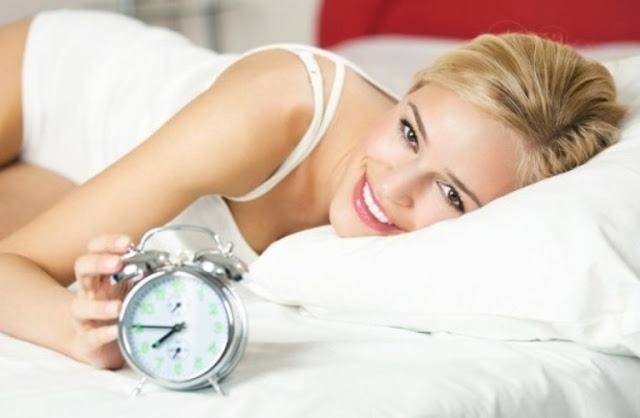 mujer despertándose