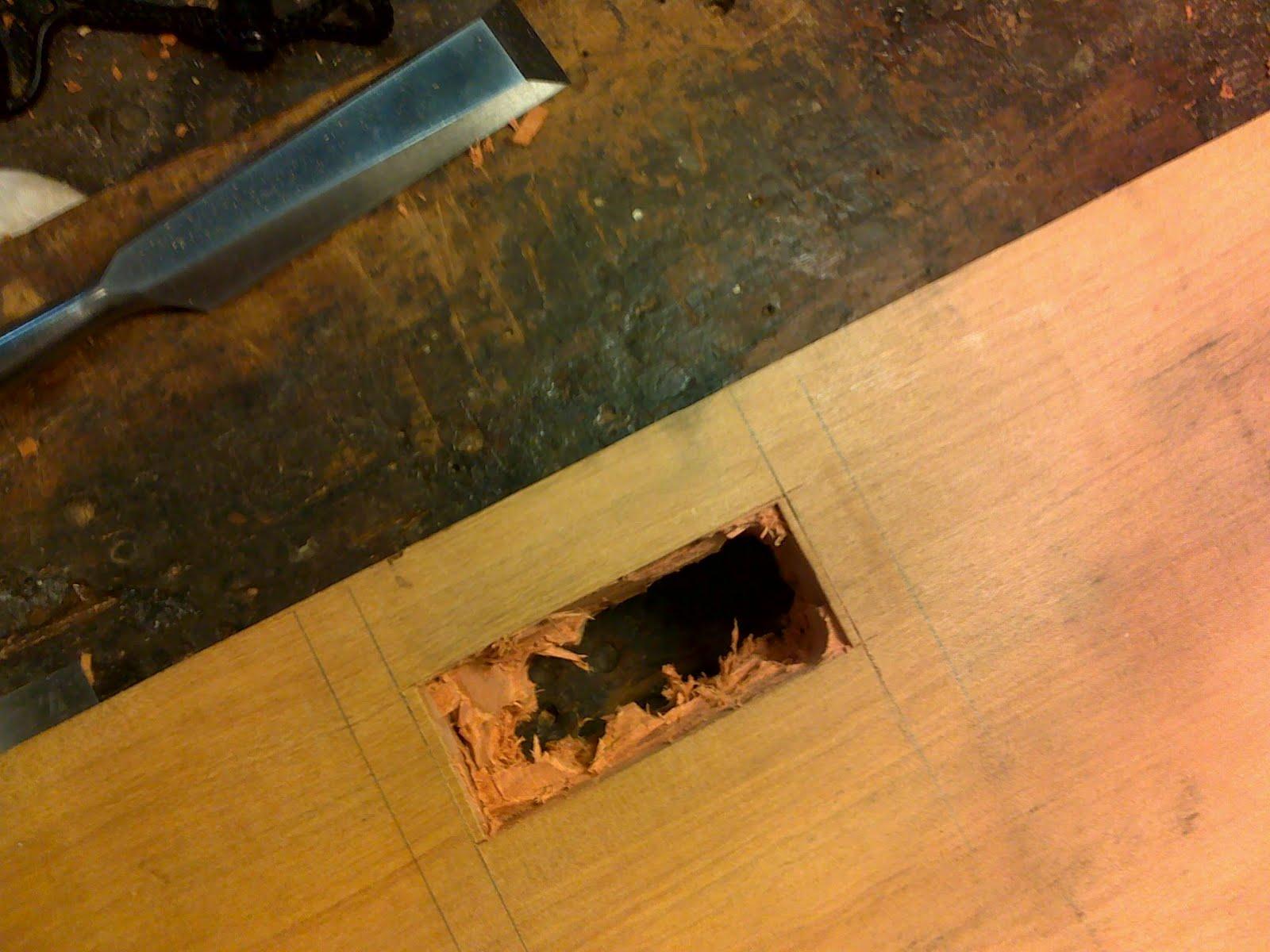 na furadeira de bancada é tirado o excesso de madeira. #B66315 1600x1200