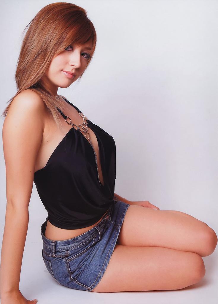 Leah Dizon in Black Tank Top Sexy Photo