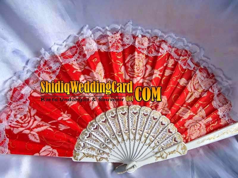http://www.shidiqweddingcard.com/2014/07/souvenir-kipas-renda.html