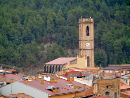 L'església de Santa Maria i el seu campanar des del Fortí de la Rampinya