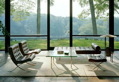 Glass House sa Mies-ovom Barcelona stolicom i nameštajem; fotografija preuzeta sa: http://www.zatista.com/blog/2011/02/glass-house-or-bust/