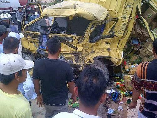 Kecelakaan Maut Laga Kambing Antara Bus dan Truk