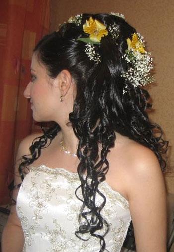 Gelin saçı modellerinde çiçek detayları çok yakışmaktadır ve