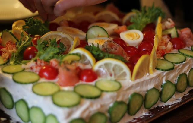 Gâteau sandwich, crevettes, saumon, oeufs de saumon, mayonnaise, apéro dînatoire
