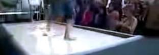 Manusia berjalan di atas air