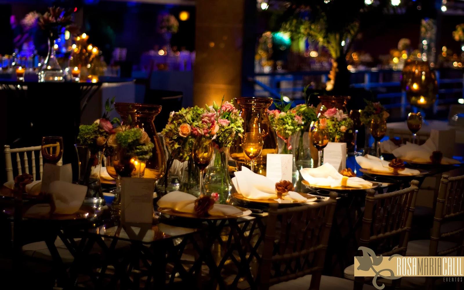 arranjos delicados em tons suaves de rosa, velas, vidro âmbar, decoração