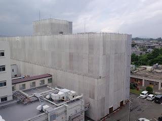 写真:屋上から見た4階建の第2病棟