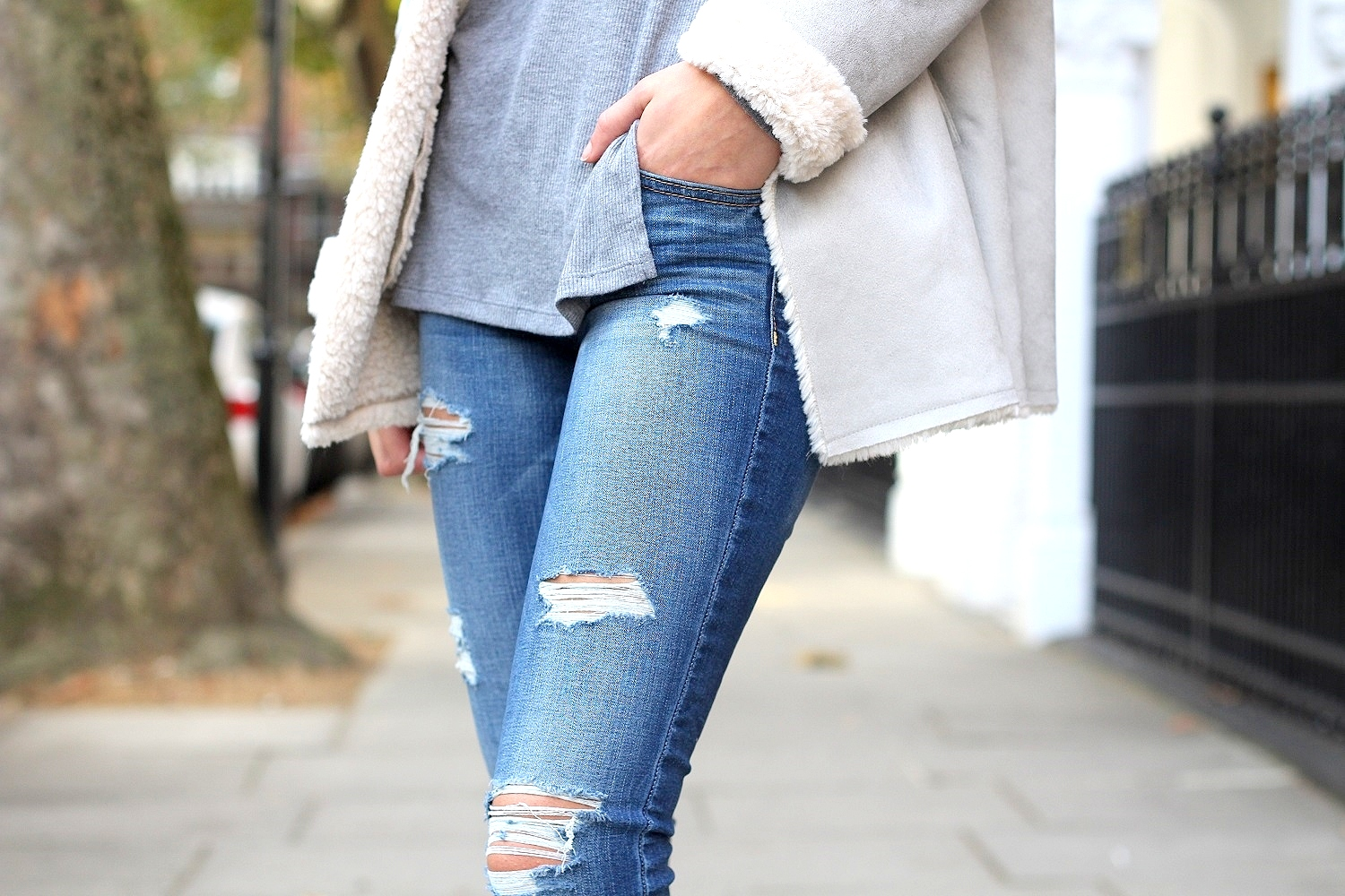 peexo fashion blogger wearing american eagle ripped jeans