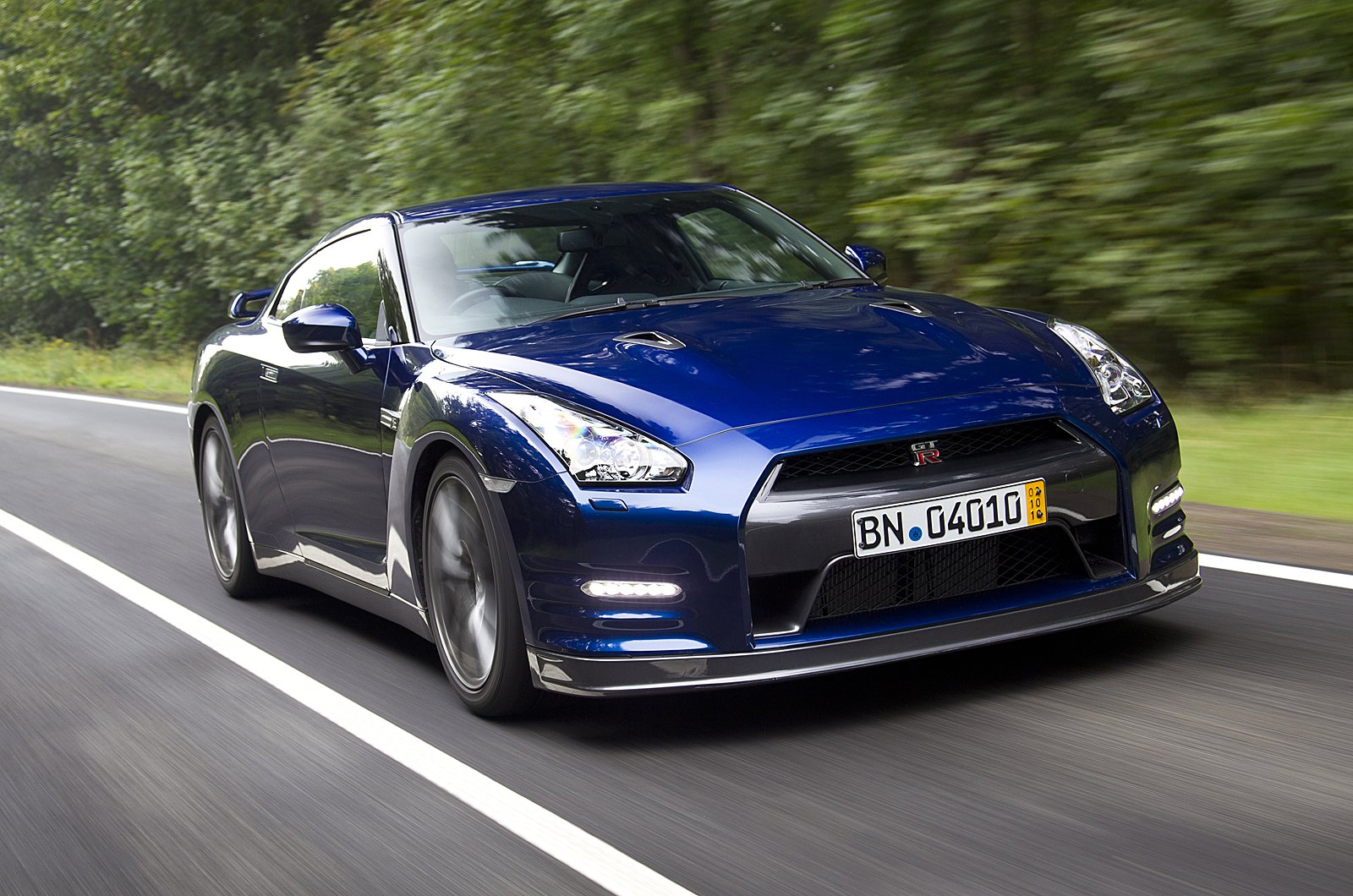 Nissan gtr posts impressive time around the top gear track