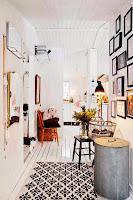 Biały hol w stylu skandynawskim z czarnymi dodatkami