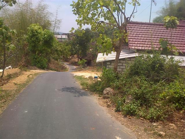 Perumahan penduduk, berada di kemiringan lereng bukit.