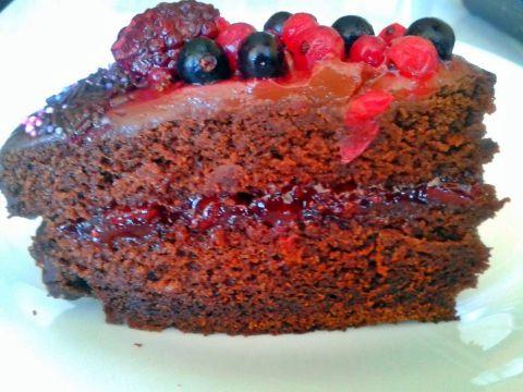Porción tarta sácher con frutas