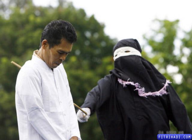 gambar lelaki indonesia dirotan kerana berjudi