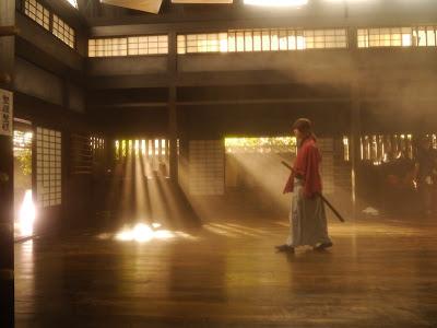Esta es la primera imagen con el actor Takeru Sato (Kamen Rider Den-O) como Kenshin Himura en el dojo Kamiya.