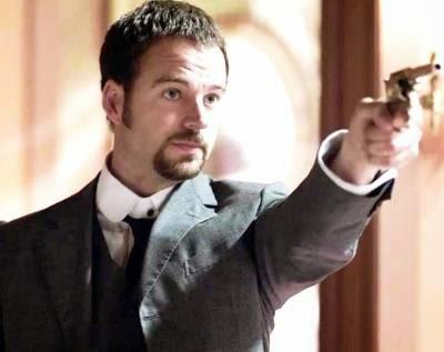 Victor Ros con la pistola