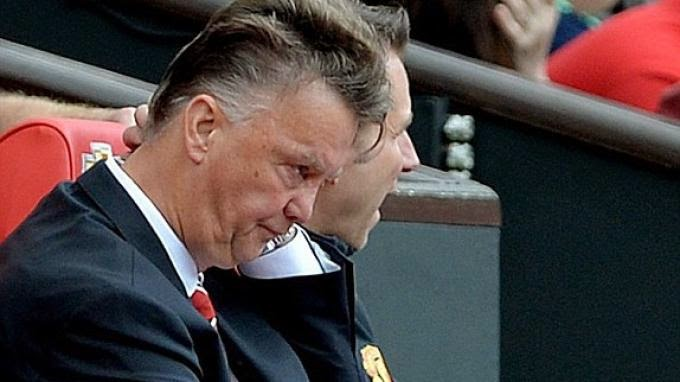 Louis van Gaal tertunduk lesu setelah timnya kalah dari Swansea.