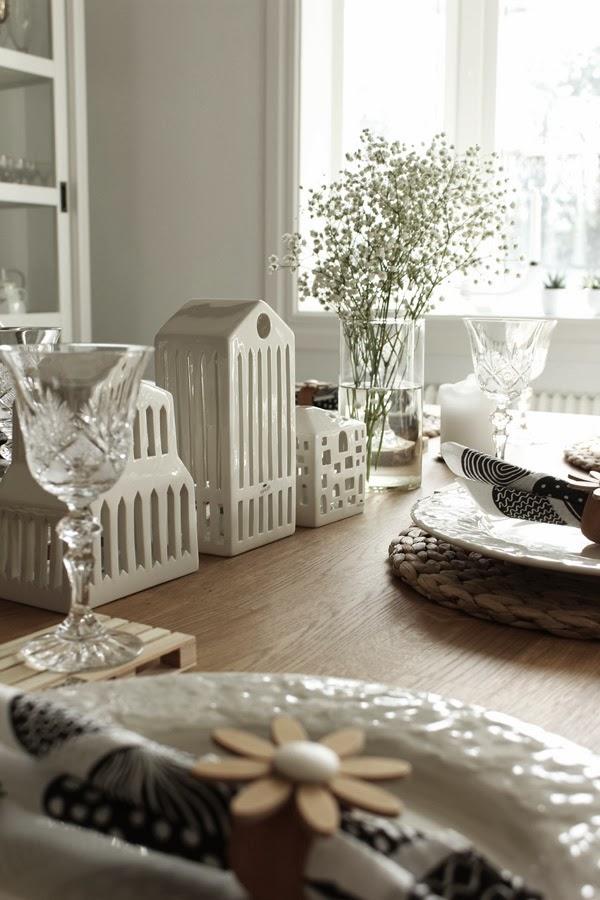 kähler urbania hus, ljusstake kähler, vita hus som dekoration, dukning i vitt, brudslöja till dukning, inspiration vårdukning, kristallglas, marimekko servetter, svartvita servetter, lastpall som glasunderlägg, tallriksunderlägg, vitt, matsal