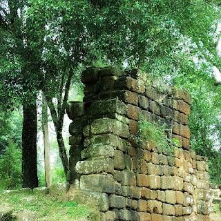 Ruínas da antiga igreja de Nuestra Señora de Loreto. Blocos de pedras numeradas.