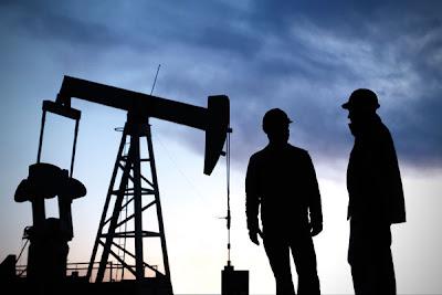 engenheiro do petróleo em plataforma petrolífera offshore