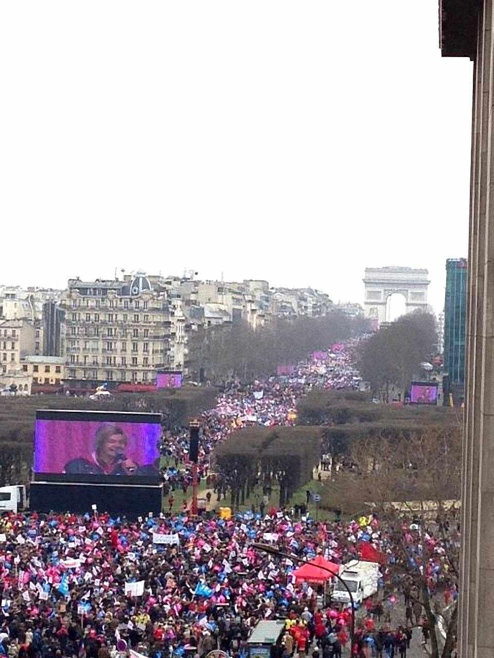 """Manifestação contra o """"casamento"""" homossexual em Paris. Franceses pedem algo totalmente novo em relação às esquerdas."""