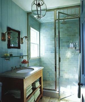 bagno con piastrelle fino al soffitto immagine