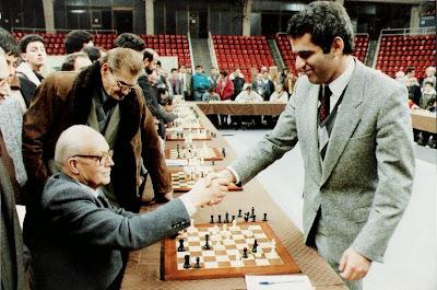 Partida de ajedrez Ribera - Kaspárov en unas simultáneas dadas por este último en 1988 en Barcelona