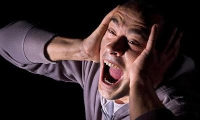 اتعلم ما هو سبب انزعاجك عند سماع صوتك مسجلا - رجل يصرخ منزعج خائف