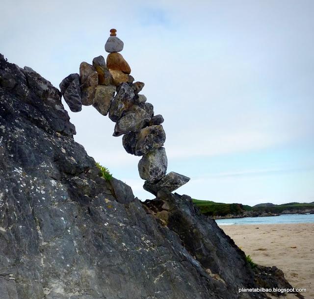 piedras en equilibrio, playa de Toronda, Asturias, arbotante, land art, stone balanced, plante Bilbao