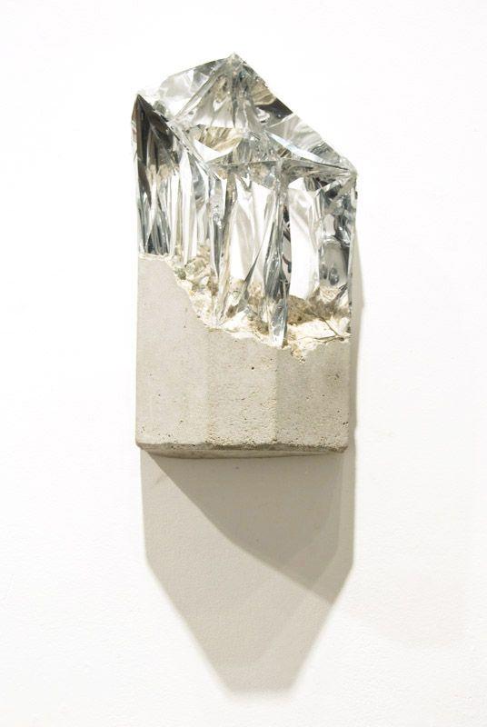 Escultura de concreto e cristal