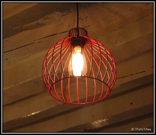 Luminaires suspension métal rouge Restaurant Le Biscornu Paris 2ème rue Montmartre