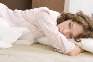 كيف تتخلصين من القلق والتوتر والضغط العصبى - امرأة بنت نائمة على سرير - woman sleeping