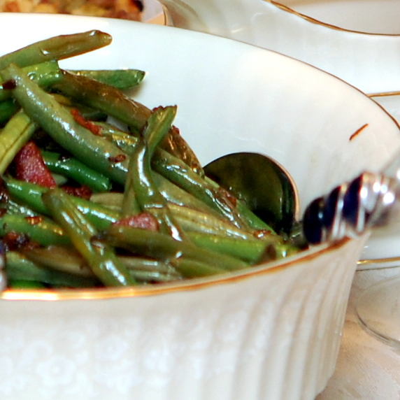 GREEN BEANS WITH BACON & SHALLOTS - Hugs and Cookies XOXO