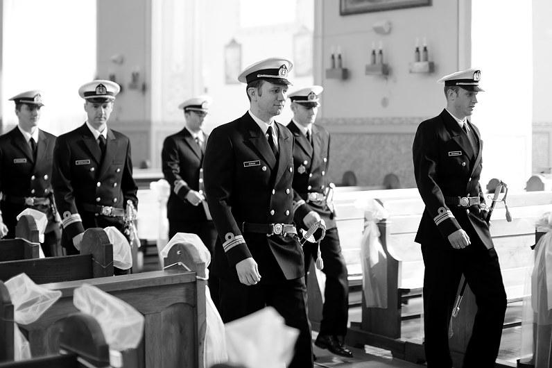 vyrai su uniformomis vestuvėse