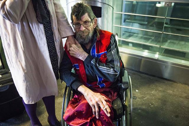 67–летний норвежец Ян Петтер Стефануссен со своей сестрой Бенте в аэропорту Цюриха ждут такси, которое отвезет Яна в больницу на эвтаназию.