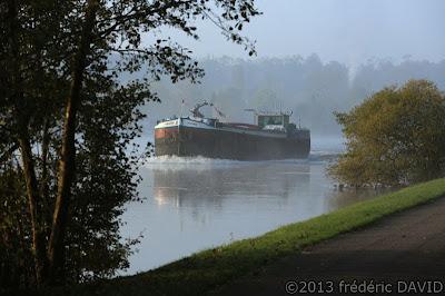 automne matin maritime rivière brume péniche bateau Seine-et-Marne