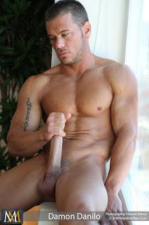 Immagine uomo tutti nudo dotato cazzo sesso gay