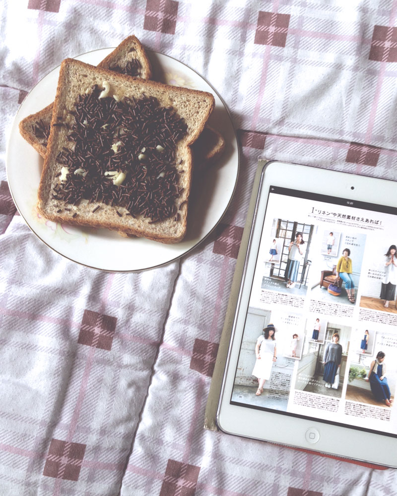 Chocolate cheese toast with La Farfa digital magazine on iPad