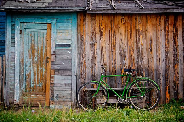 Bicicleta posando frente a una Choza pintoresca