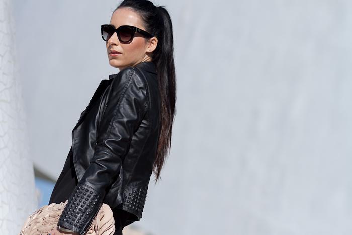 Gafas de sol Prada 17Os con cazadora perfecto de piel de Zara negra