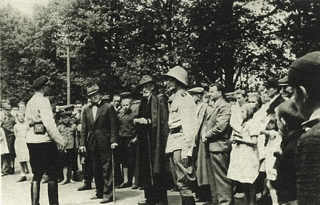 Ruda Maleniecka, prawdopodobnie jesień 1941 lub wiosna 1942 r. Uroczystość przekazania samochodu strażackiego ZIS (zdobycz wojenna) strażakom w Rudzie Malenieckiej. Drugi od lewej Eduard Fitting, po lewej jego ręce Albrecht (?) pierwszy Landrat. Fotografia z większej kolekcji fotografii Ryszarda Cichońskiego.