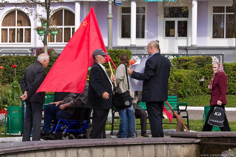 Мужик с красным флагом
