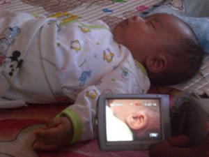Bayi dengan telinga berlafaz nama Allah