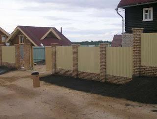 Забор из профлиста с кирпичными столбами. Фото 14