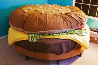 una hamburguesa que es una cama