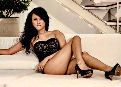 Devi Liu with her sexy legs