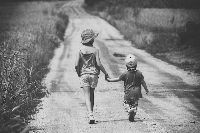 wieś, Polska, Agata Raszke, countryside, black and white, kids, children, walk, summer, lato, summertime