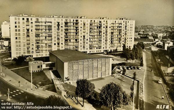 Bagneux - Église Sainte Monique  Architecte: Roger Faraut  Construction: Achevée en 1963  Vitraux: Le Chevallier